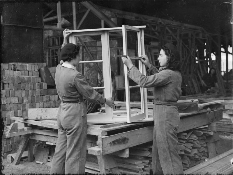Women_Carpenters_Then_and_Now-_Women_at_work_in_England,_1941_D2701